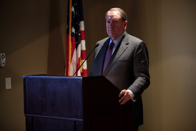 Former+Arkansas+Gov.+Mike+Huckabee+speaks+to+supporters+at+the+Phoenix+Country+Club.