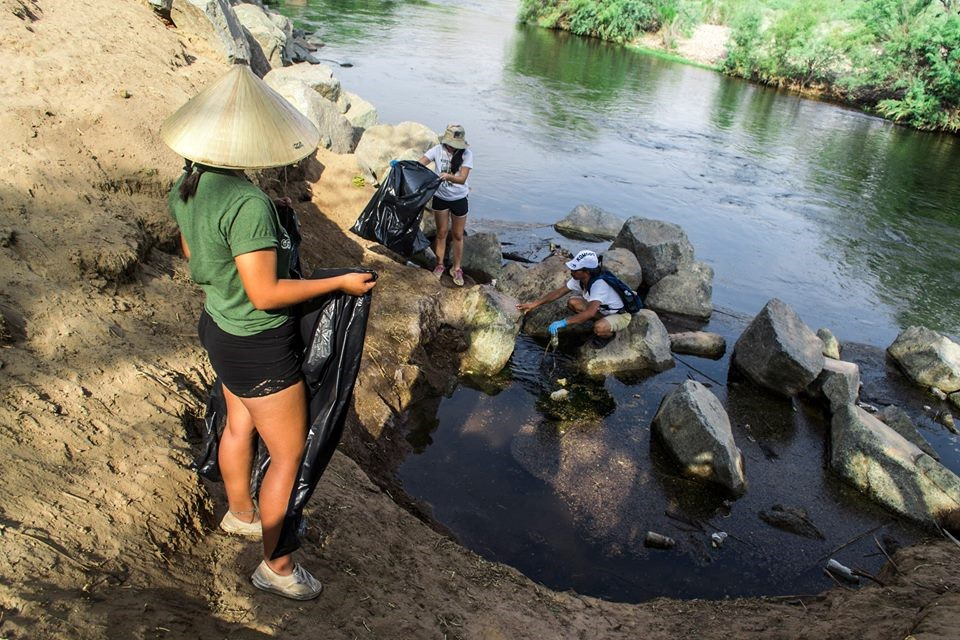 SCC+students+with+trash+bags+on+the+side+of+the+Salt+River+gathering+plastic+bottles+