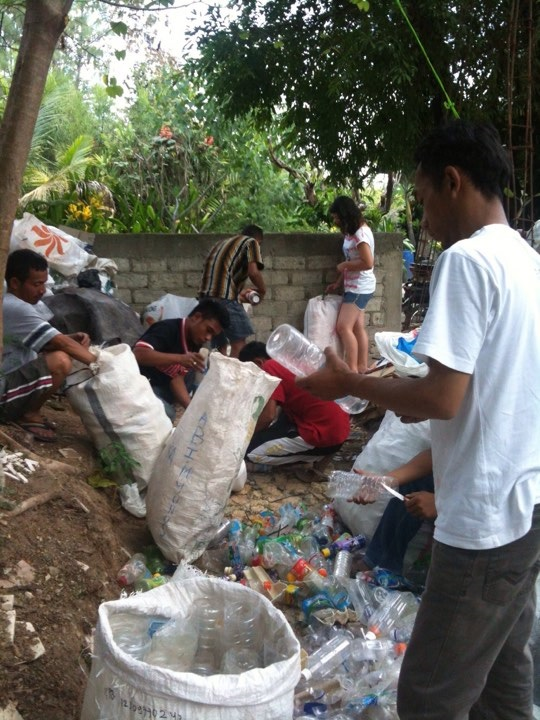 Trash+is+collected+and+separated+to+deposit+at+the+bank+in+Indonesia.