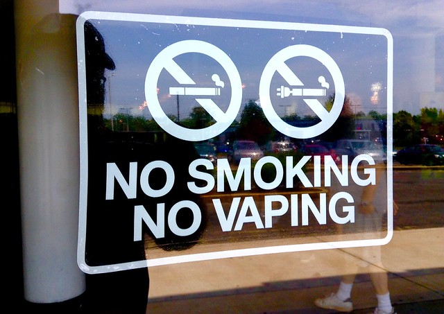 +A+no+smoking%2C+no+vaping+sign+on+storefront.